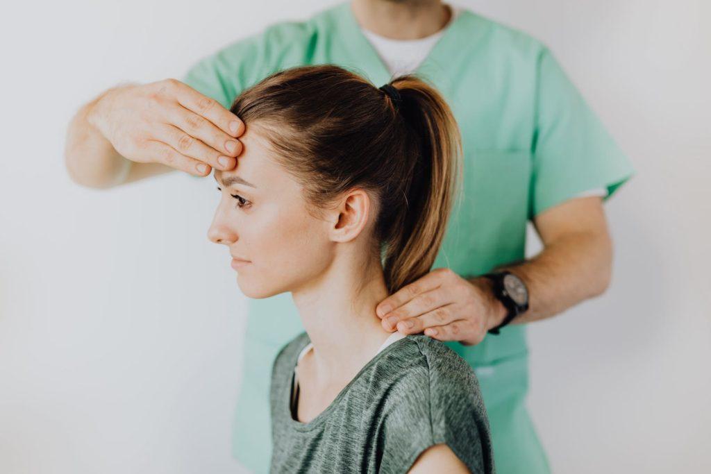 dolor cervical y el dolor de cabeza: la solución quiropráctica